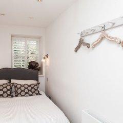 Отель Stylish 2 Bedroom Garden Apartment in Notting Hill Великобритания, Лондон - отзывы, цены и фото номеров - забронировать отель Stylish 2 Bedroom Garden Apartment in Notting Hill онлайн комната для гостей фото 3