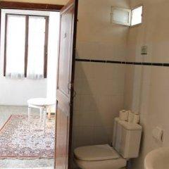 Отель Hostal Ritzi Испания, Пальма-де-Майорка - отзывы, цены и фото номеров - забронировать отель Hostal Ritzi онлайн ванная