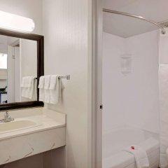 Отель Ramada Limited Calgary Northwest Канада, Калгари - отзывы, цены и фото номеров - забронировать отель Ramada Limited Calgary Northwest онлайн ванная