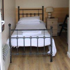 Отель Debden Guest House сейф в номере