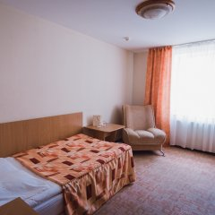 Амакс Сафар отель комната для гостей