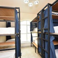 Отель Backpacker 16 Accommodation Кровать в мужском общем номере с двухъярусной кроватью
