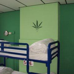Отель The Flying Pig Uptown Кровать в общем номере с двухъярусной кроватью фото 2