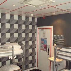 Отель The Flying Pig Uptown Кровать в общем номере с двухъярусной кроватью