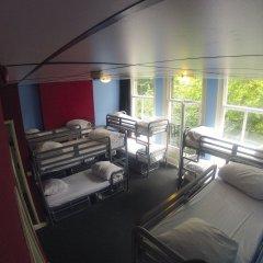 Отель The Flying Pig Uptown Кровать в общем номере с двухъярусной кроватью фото 3