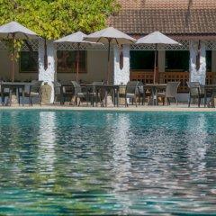 Отель Thavorn Beach Village Resort & Spa Phuket столовая на открытом воздухе