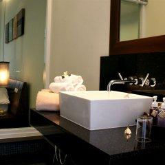 Отель Two Villas Holiday Oxygen Style Bangtao Beach раковина ванной комнаты
