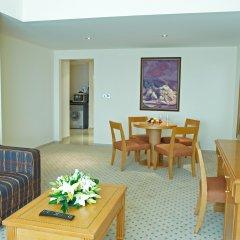 Отель Golden Tulip Sharjah Представительский люкс с различными типами кроватей