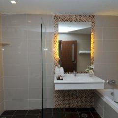 Отель The Kris Residence раковина ванной комнаты