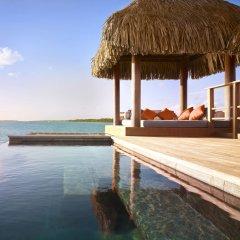 Отель Four Seasons Resort Bora Bora 5* Бунгало с различными типами кроватей фото 7