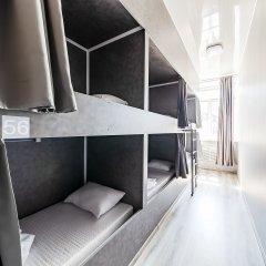Хостел GetCapsule Кровать в мужском общем номере с двухъярусной кроватью