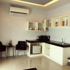 Отель PJ Patong Resortel мини-кухня в номере