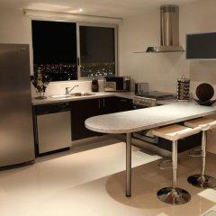 Отель Suites Malecon Cancun кухня в номере