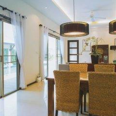 Отель Two Villas Holiday Oriental Style Layan Beach в номере