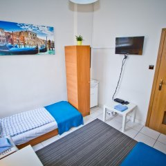 Отель B Movie Guest Rooms 2* Номер с общей ванной комнатой с различными типами кроватей (общая ванная комната)