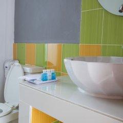 Отель Again at Naiharn Beach Resort раковина ванной комнаты