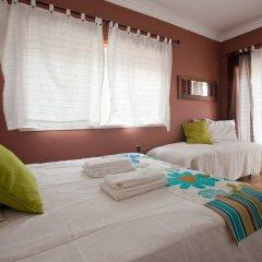 Хостел Ericeira Chill Hill Hostel & Private Rooms Стандартный номер с двуспальной кроватью (общая ванная комната)