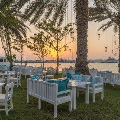 Отель Le Méridien Mina Seyahi Beach Resort & Marina столовая на открытом воздухе фото 2