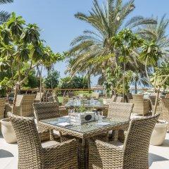 Отель Le Méridien Mina Seyahi Beach Resort & Marina столовая на открытом воздухе фото 3