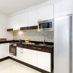 Апартаменты The Regent Phuket Serviced Apartment Kamala Beach кухня в номере