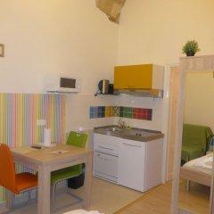 Отель Amber Gardenview Studios мини-кухня в номере фото 2