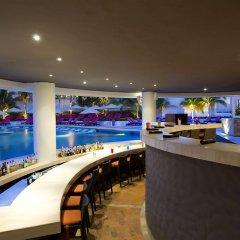 Отель Reflect Krystal Grand Cancun бар у бассейна