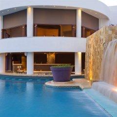 Отель Reflect Krystal Grand Cancun водопад у бассейна