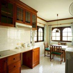 Отель Kata Garden Resort мини-кухня в номере фото 2