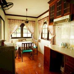 Отель Kata Garden Resort мини-кухня в номере