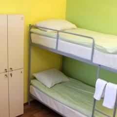 Хостел Кукуруза Бутик Кровать в мужском общем номере двухъярусные кровати