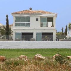 Отель Leonies By The Sea Villa вид на фасад