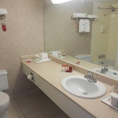 Отель Ramada Vancouver Exhibition Park Канада, Ванкувер - отзывы, цены и фото номеров - забронировать отель Ramada Vancouver Exhibition Park онлайн ванная фото 2