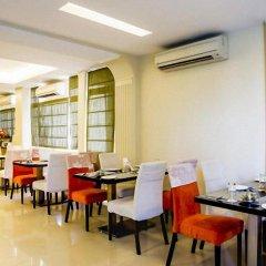 Отель Clarks Inn Nehru Place Индия, Нью-Дели - отзывы, цены и фото номеров - забронировать отель Clarks Inn Nehru Place онлайн питание