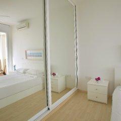 Отель Leonies By The Sea Villa комната для гостей