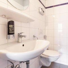 Отель a&o Berlin Hauptbahnhof Германия, Берлин - 12 отзывов об отеле, цены и фото номеров - забронировать отель a&o Berlin Hauptbahnhof онлайн ванная фото 2