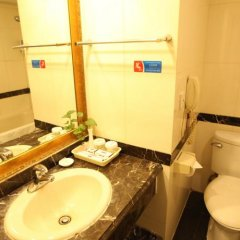 Отель Chongqing Hotel Китай, Пекин - отзывы, цены и фото номеров - забронировать отель Chongqing Hotel онлайн ванная фото 4