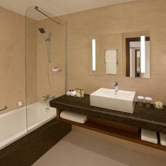 Отель DoubleTree by Hilton Resort & Spa Marjan Island 5* Стандартный номер с различными типами кроватей фото 2