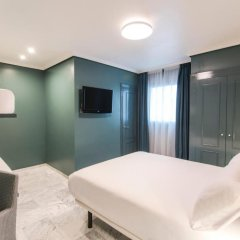 Отель Petit Palace Puerta de Triana 3* Четырехместный номер с различными типами кроватей фото 2