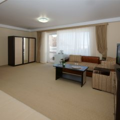Гостиница Камелот в Малореченском 3 отзыва об отеле, цены и фото номеров - забронировать гостиницу Камелот онлайн Малореченское комната для гостей фото 2