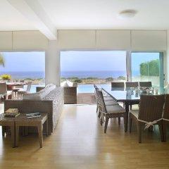 Отель Leonies By The Sea Villa гостиничный бар