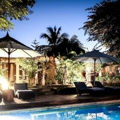 Отель Bale Sampan Bungalows бассейн