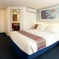 Отель Travelodge Manchester Upper Brook Street комната для гостей