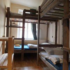 Гостиница Breaking Bed Кровать в мужском общем номере с двухъярусной кроватью
