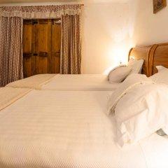 Отель Pingueis House сейф в номере
