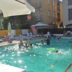 Hotel Villa Del Parco Римини бассейн фото 3