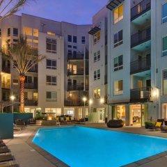 Отель Luxury Two Bedroom Near The Grove США, Лос-Анджелес - отзывы, цены и фото номеров - забронировать отель Luxury Two Bedroom Near The Grove онлайн бассейн фото 2