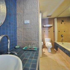 Отель Woraburi Phuket Resort & Spa 4* Улучшенный номер двуспальная кровать фото 12