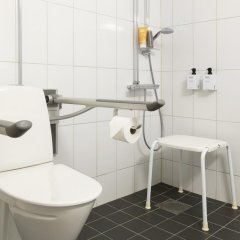 Отель Scandic Örebro Väst Швеция, Эребру - отзывы, цены и фото номеров - забронировать отель Scandic Örebro Väst онлайн ванная фото 2