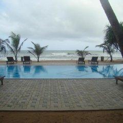 Отель Whispering Palms Hotel Шри-Ланка, Бентота - отзывы, цены и фото номеров - забронировать отель Whispering Palms Hotel онлайн бассейн
