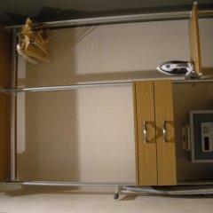 Отель Mayfield Suites сейф в номере